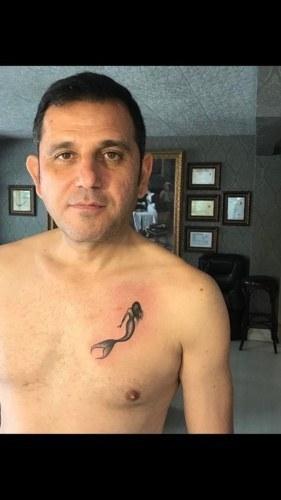 Fatih Portakal dövme yaptırdı, capsler kahkaha attırdı
