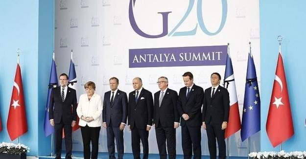 Liderler Fransa için saygı duruşunda bulundu