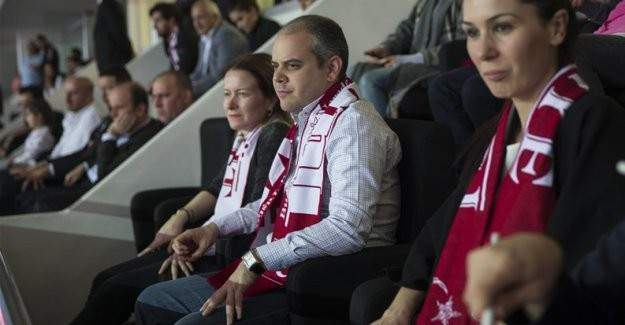 Bakan Kılıç İsrail maçını tribünden izledi