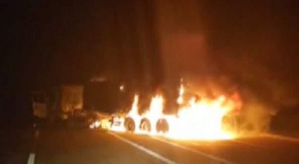 Şırnak'ta 2 tır ateşe verildi