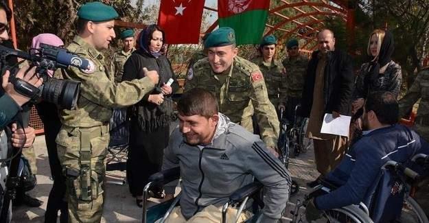 Türk askeri Afganistan'da tekerlekli sandalye dağıttı