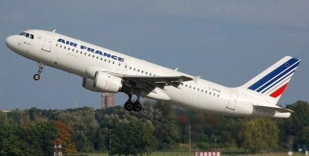 Danimarka'da dua eden müslüman genç uçaktan indirildi