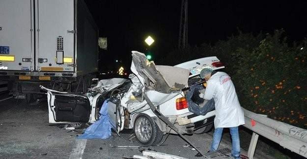 Otomobil TIR'a arkadan çarptı: 1 ölü, 2 yaralı