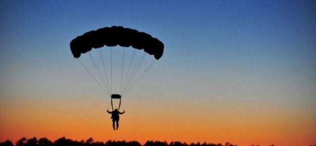 Paraşütün kontrolünü kaybedince komşu ülkeye indi