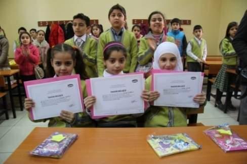 Suriyeli öğrenciler'in karne sevinci
