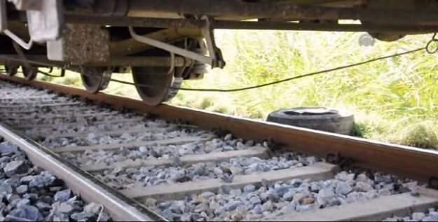Yolcu treni otomobili sürükledi: 1 ölü