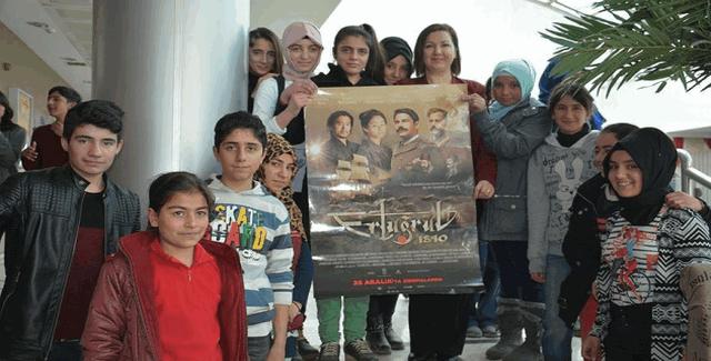 Tatvan ilçesinde öğretmenlik yapan Mihraç Kulu, 600 öğrenciyi sinemaya götürdü