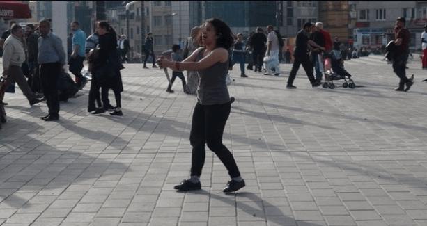 Taksim Meydanında bıçaklı kadın paniği