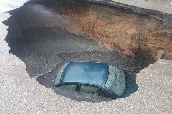 Ankara'da yol çöktü, otomobil 3 metrelik çukura düştü!