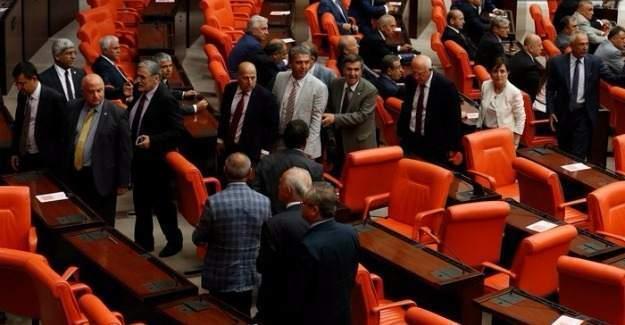 Dokunulmazlık oylamasında CHP'li vekiller Meclisi terk etti!