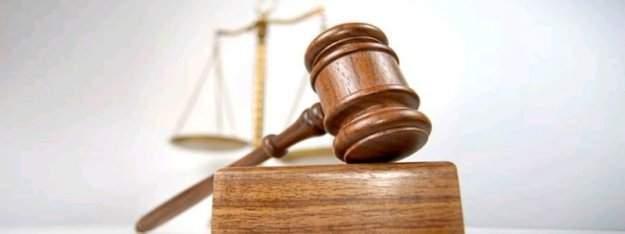 Avukatların çalışma masalarında bulunan 6 ofis malzemesi