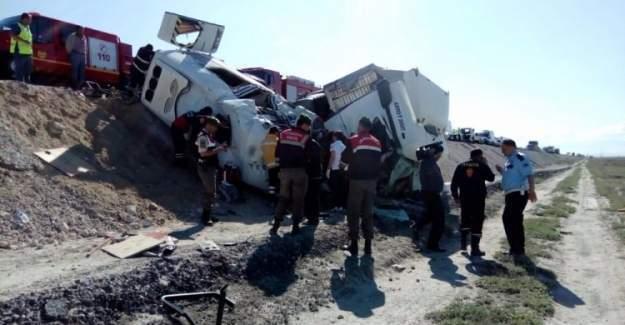 Konya'da TIR ile minibüs çarpıştı: 10 ölü 4 yaralı