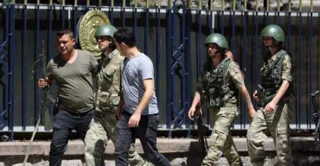 Darbeci askerler Erdoğan'ın fotoğrafı önünde tutuldu