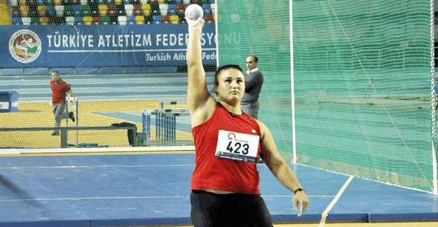 Emel Dereli Atletizm Şampiyonasında gülle atmada bronz madalya kazandı