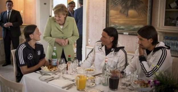 Merkel, Mesut Özil'e destek verdi