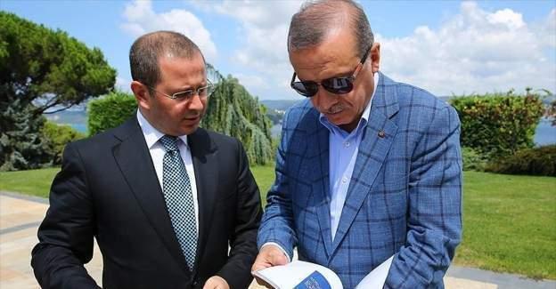 """Cumhurbaşkanı Erdoğan AA'nın """"Dakika Dakika FETÖ'nün Darbe Girişimi"""" kitabını inceledi"""