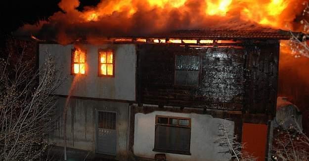 Kastamonu'da yangın: 3 ev 2 ambar yandı