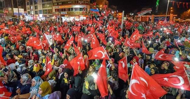 Meydanlardaki demokrasi nöbeti sürüyor