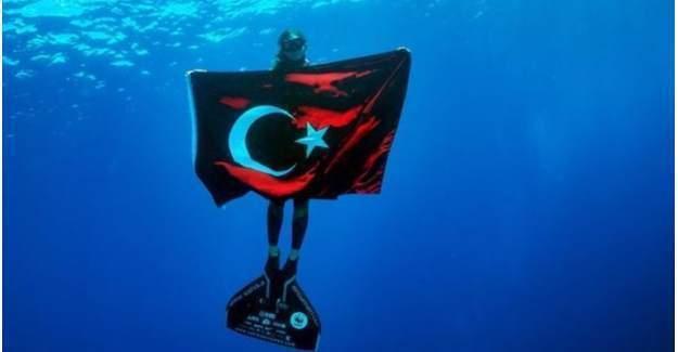 Şahika Ercümen, 30 Ağustos için su altında Türk Bayrağı açtı