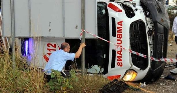 Ambulans devrildi, sağlık memuru hayatını kaybetti