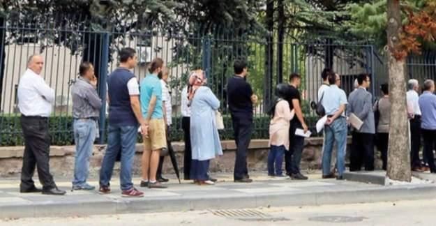 İhraç edilen memurlar Başbakanlık önünde kuyruğa girdi!