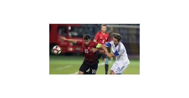 Türkiye- Kıbrıs maçında yenilgi sonrası saha karıştı!