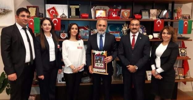 Yalçın Topçu'ya Azerbaycanlı öğrencilerden anlamlı ziyaret