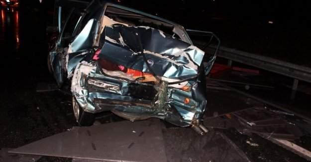 Otomobilin üzerine granit blok düştü, 3 yaralı