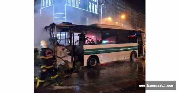 Adana'da seyir halindeki otobüs alev aldı