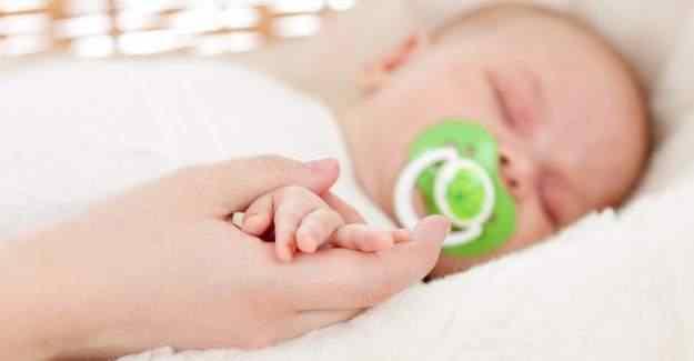 Anneler, babalar dikkat! Emzik o hastalıklara neden oluyor