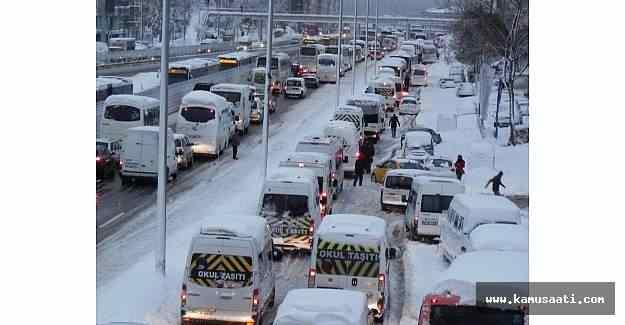 İstanbul'da beklenen kar trafiği durdurdu