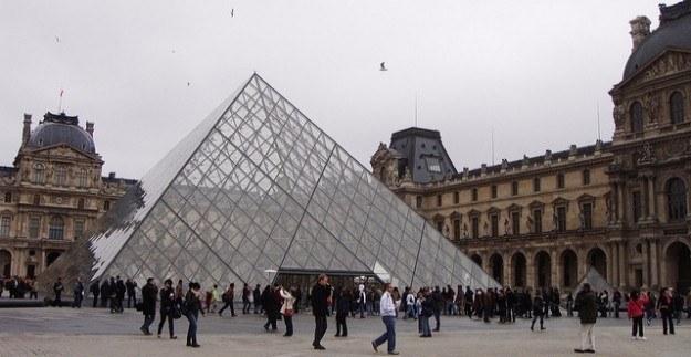 Paris'te silahlı çatışma - Louvre Müzesi boşaltıldı