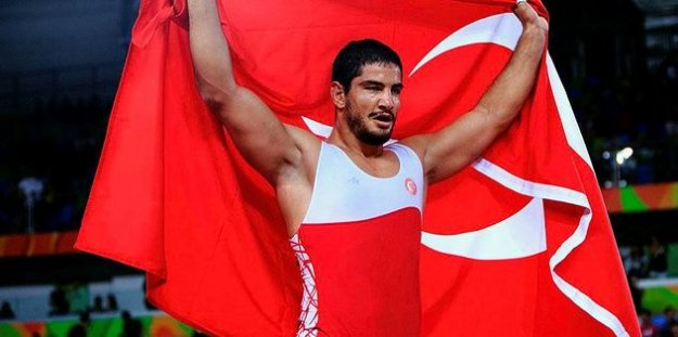 Taha Akgül, dünyanın en iyi güreşçisi seçildi