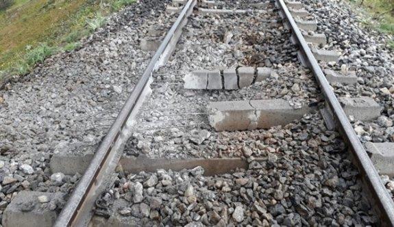 Tren raylarına döşenen patlayıcı teröristlerce infilak ettirildi