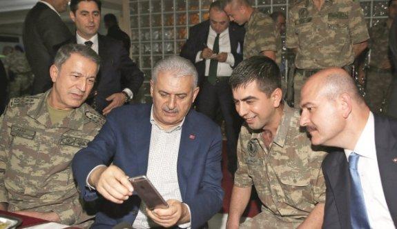 Başbakan Binali Yıldırım, Lice'de askerlerle sahur yaptı