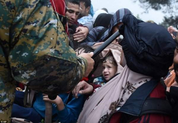 Avrupalı Barbarlar Sığınmacılara Saldırıyor