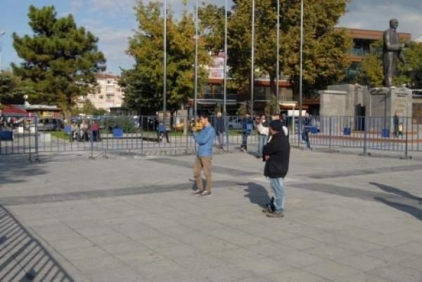 Düzce'de 3 kişilik miting yapıldı