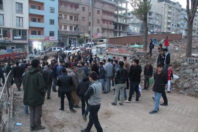 Hakkari Yüksekova\'da halk PKK\'lı göstericileri taş ve sopalarla kovaladı