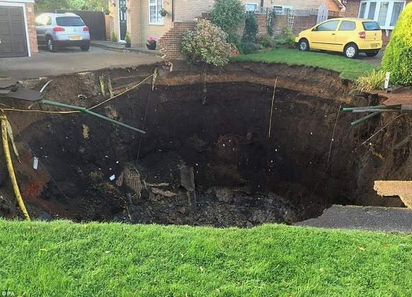 İngiltere Dev Obruk Yüzünden Felaketten Döndü