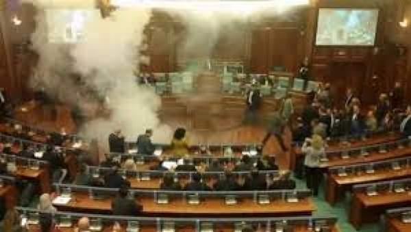 Kosova'da muhalefetten göz yaşartıcı bomba