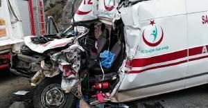 Ambulans şoförü direksiyon hakimiyetini kaybedince...