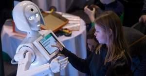 Şarj karşılığı ders anlatan robot!