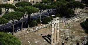 Türk öğrenci bin 800 yıllık Roma sütununa ismini kazıdı