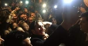 Çağatay Ulusoy'u görmek isteyen hayranları birbirini ezdi