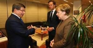 Başbakan Davutoğlu'ndan Merkel ve Rutte'ye pide ikramı