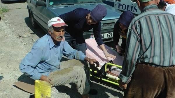 Yaralanan işçi, üstü kirli olduğu için ambulansa binmek istemedi