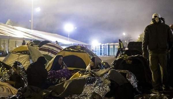 Yüzlerce sığınmacı Avusturya'ya geçmek için bekliyor