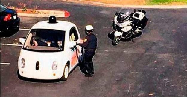Google'ın sürücüsüz aracı polis çevirmesine takıldı