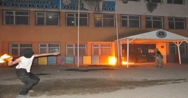 PKK'lı teröristler Diyarbakır'da okul yaktı