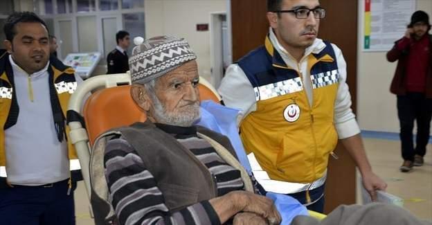 Sur'da güvenlik güçleri yaşlı çifte yardım etti